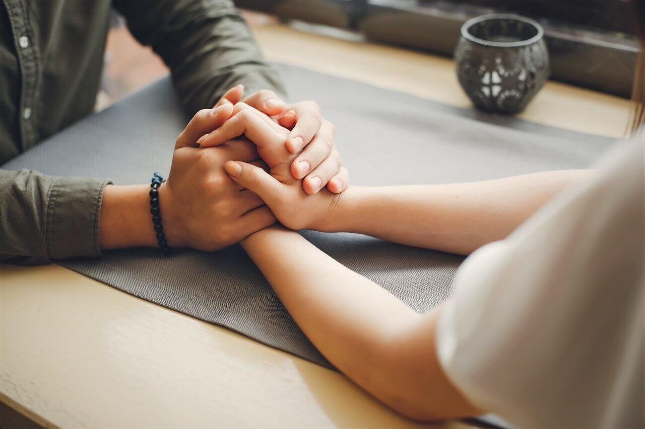 Pár držící se za ruce